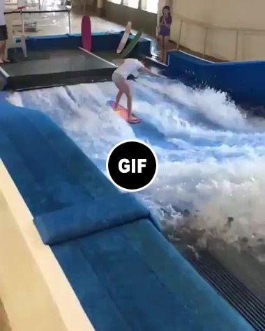 Menina aprende a surfar em meio aos tombos