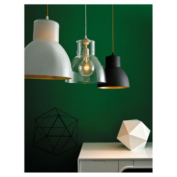 La lámpara de techo Kira te da varias opciones para que elijas la que mejor combine contigo. Su forma con pantalla acampanada realizada de modo artesanal es la misma, pero su diseño cambia según el material.