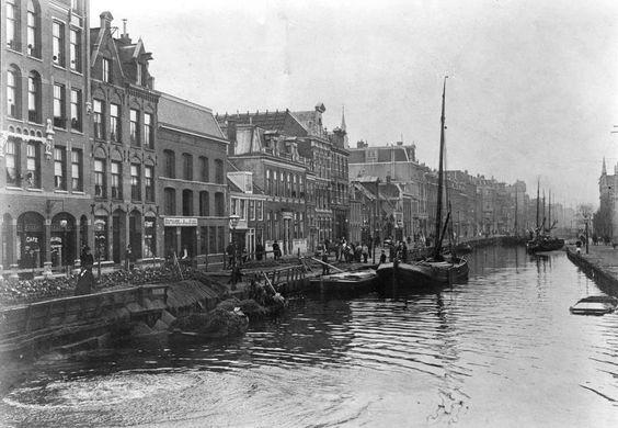 1894 | De Overtoom in oorspronkelijke staat. Sinds de 14e eeuw vormde de Overtoom de scheiding tussen het Hoogheemraadschap van Rijnland en Amstelland. Nadat het Jacob van Lennepkanaal was aangelegd werd de Overtoom in 1904 gedempt