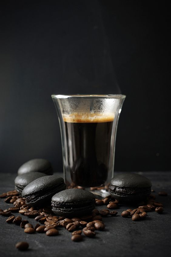 """More """"Blackarons"""". Thee pictures are beautiful and would make fabulous kitchen art. (CdeC)                   - Black coffee macarons at chilitonka.com"""