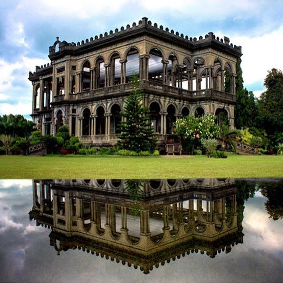 La mansión de Bacolod (Filipinas)Construida en medio de una plantación de azúcar, por el barón del azúcar, Don Mariano Ledesma Lacson (1865-1948), para quien fuera su primera esposa. A día de hoy continúa asombrando por su magnífica belleza.