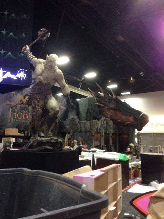 [TEASER] Stand da empresa WETA - SDCC 2014  Sim, são estátuas em tamanho real do orc Azog e do dragão Smaug (ou apenas a cabeça dele, haha)  Acesse http://dowant.com.br/