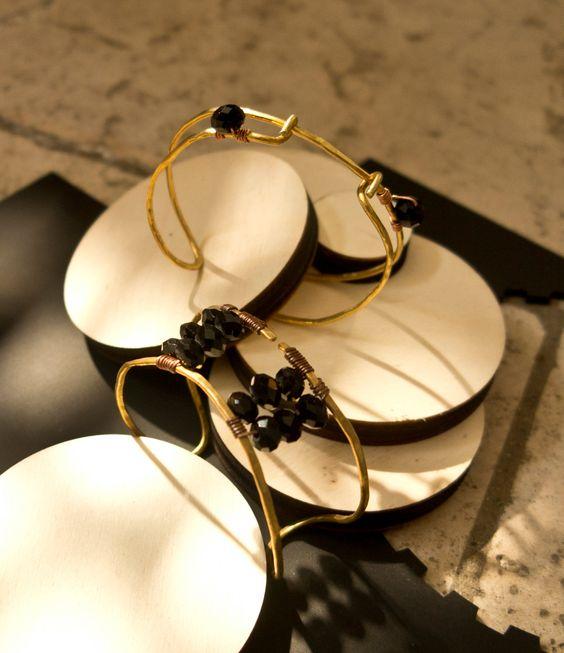 Bracciale in ottone battuto e perle di nunkicreation su Etsy