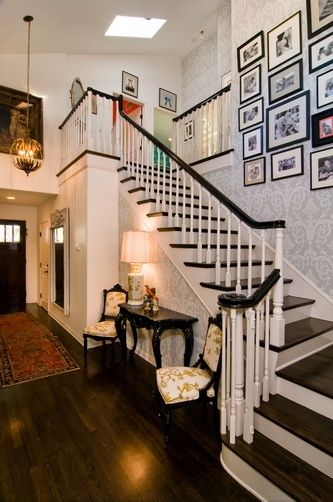 tori spelling home decorating | Tori Spelling's house Love the wallpaper, black and white photos