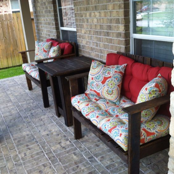 Pallet patio furniture i want to make this tackled the headboard wonder how hard this would - Pallet outdoor furniture instructions ...