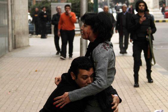L'attivista Shaimaa al Sabbagh tra le braccia di un collega al Cairo, il 24 gennaio. - Al Youm Al Saabi/Reuters/Contrasto