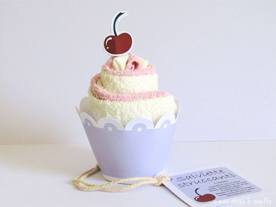 Dedicato alle mamme che amano torte e dolcetti, ma che ahimè sono a dieta, è questo simpaticissimo regalo fatto a mano: degli asciugamani a forma di pasticcino. Valentina ha arrotolato e decorato delle salviette come se fossero dei mini muffin e oggi ci spiegherà come ha fatto. Oltre al tutorial troverete anche un pdf pronto...