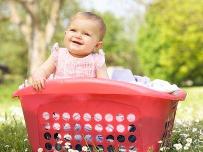 Spielen mit Alltagsgegenständen | Nicht immer muss es teures Spielzeug sein, mit dem Ihr Baby am liebsten spielt. Meistens sind gerade die Gegenstände des Alltags besonders interessant. Wetten, dass es den Wäschekorb gern mal als Rennauto verwendet? Hier finden Sie tolle Tipps, für Babys Spiel.