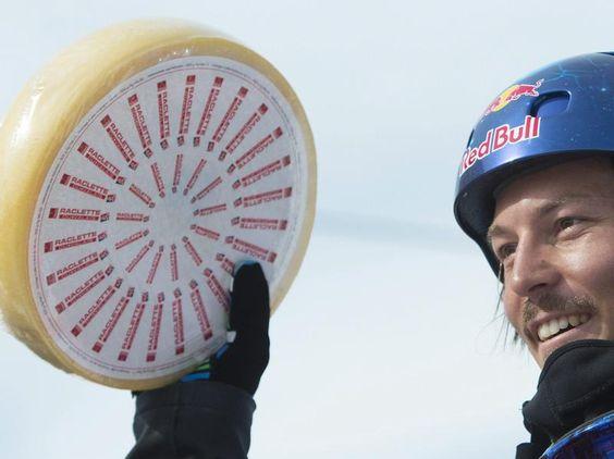 Der Australier Alex Pullin ist einer der zwei Sieger in Veysonnz beim Weltcup-Finale im Snowboard Cross, der zum Gewinn einen Leib echten Schweizer Käses bekommen hat. (Foto: Jean-Christophe Bott/dpa)