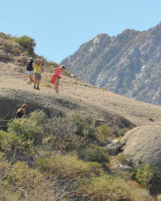 Senderismo en montañas desérticas