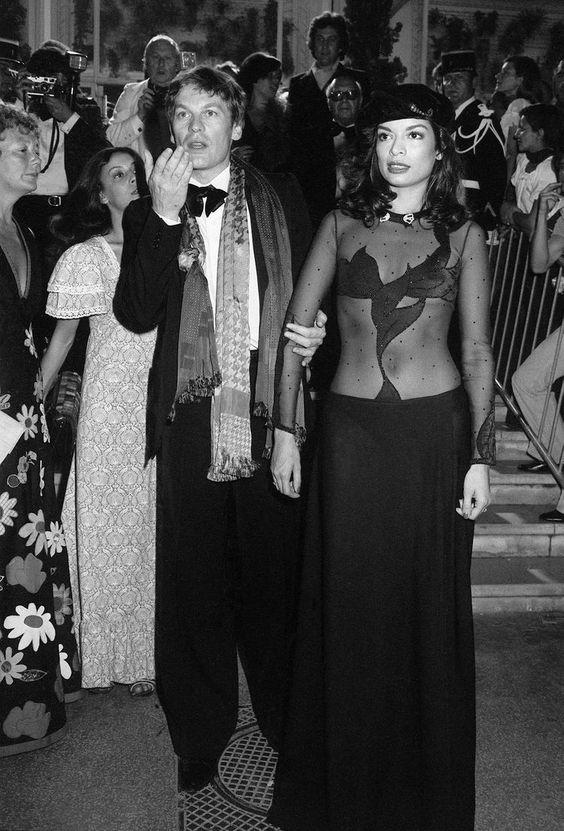 L'acteur autrichien Helmut Berger et Bianca Jagger, épouse du rocker Mick Jagger, lors de la 28e édition du Festival de Cannes, le 20 mai 1975.