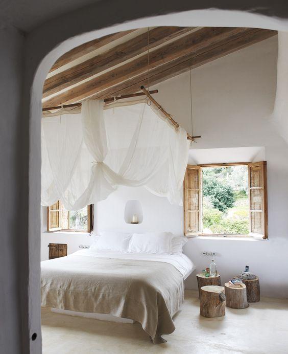 Une chambre tout en bois et en blanc Le ciel de lit est