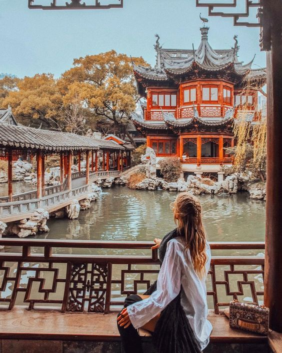 "34.4b Beğenme, 520 Yorum - Instagram'da Leonie Hanne (@ohhcouture): ""In constant 'aww' ever since I made it to Shanghai with @diormakeup - What an incredible city. ⛩…"""