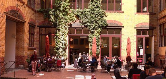 """""""Barcomi's"""" von Back-Queen Cynthia Barcomi in Berlin Mitte. Spezialität: Na, Gebackenes!"""