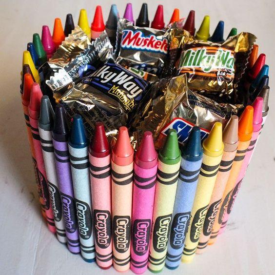 Une bonbonnière de crayons de cire.  13 cadeaux DIY à offrir à son instituteur ou à sa maîtresse d'école