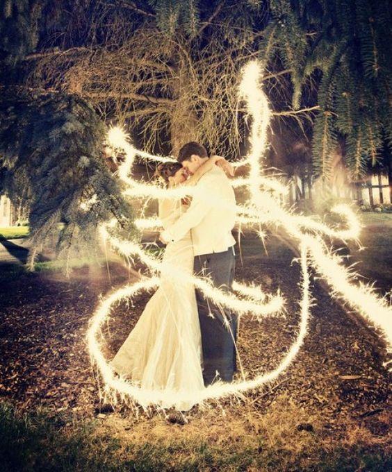 Sparkle Wedding Photography Idea ♥ Professional Wedding Photography  paar steht ruhig. jm anderes läuft herum mit wunderkerze o.ä.