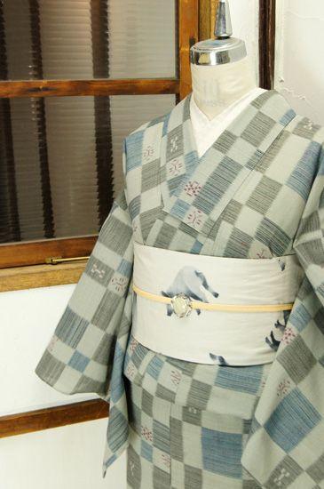 薄曇りの空のようなグレーに、チャコールブラックとネイビーブルーの変わり市松パターンが織り出された化繊の単着物です。 #kimono