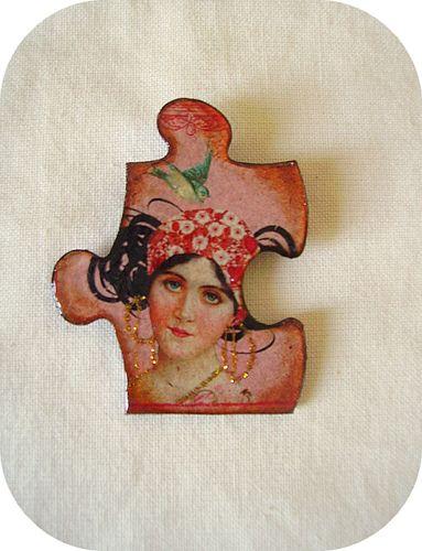 Broche puzzle ' Bohémienne aux créoles '