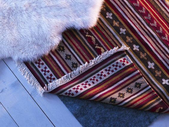 Sobrepor tapetes é uma boa forma de acrescentar temperatura e conforto ao quarto.