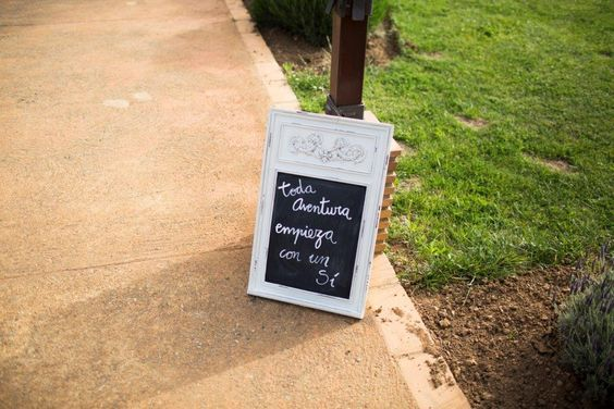 Spanish chalkboard wedding sign - 'Every adventure starts with a yes'