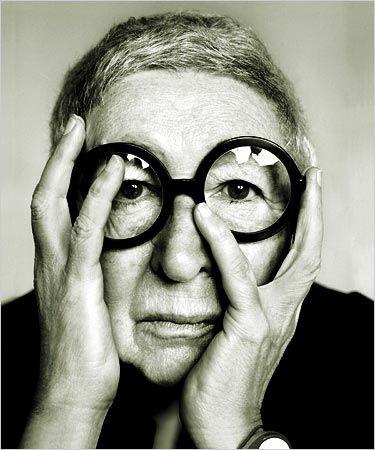 photo noir et blanc : architecte et designer italienne Gae Aulenti, femmes…