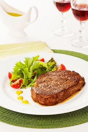 Filé de entrecôte grelhado com salada