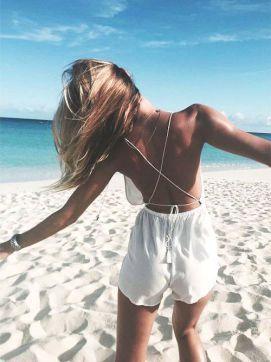 15 conseils mode, beauté & soin pour l'été : shopping, astuces bronzage, tendances, beauté, cheveux... -combinaison courte, combishort blanche, dos nu, look de plage, summer, corps bronzé-