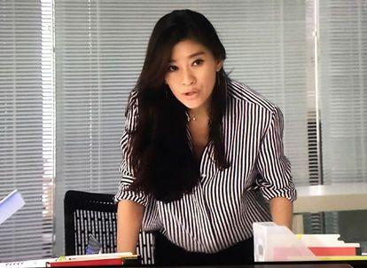 ストライプのシャツを着た篠原涼子