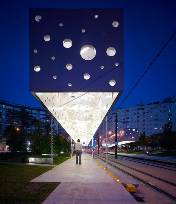 lámpara flotante en parada del tranvía en Alicante