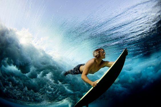 Metà inglese metà italiana, la fotografa Lucia Griggi ha scelto di seguire la sua passione per il surf fotografando le imprese degli atleti ma da una prospettiva diversa: ogni scatto infatti, è stato realizzato nel momento in cui sono sott'acqua, prima di cavalcare l'onda