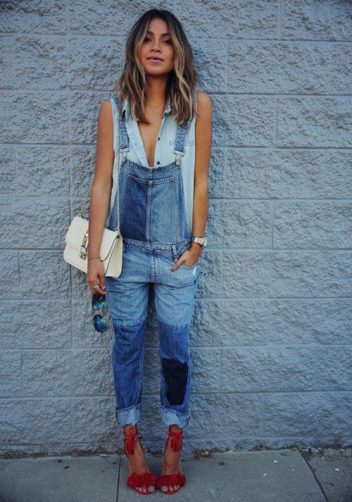 Comprar ropa de este look:  https://lookastic.es/moda-mujer/looks/camisa-sin-mangas-peto-sandalias-de-tacon-bolso-bandolera-gafas-de-sol-reloj/10285  — Peto Vaquero Azul  — Bolso Bandolera de Cuero Beige  — Camisa sin Mangas Celeste  — Reloj Plateado  — Sandalias de Tacón de Ante Rojas  — Gafas de Sol Negras