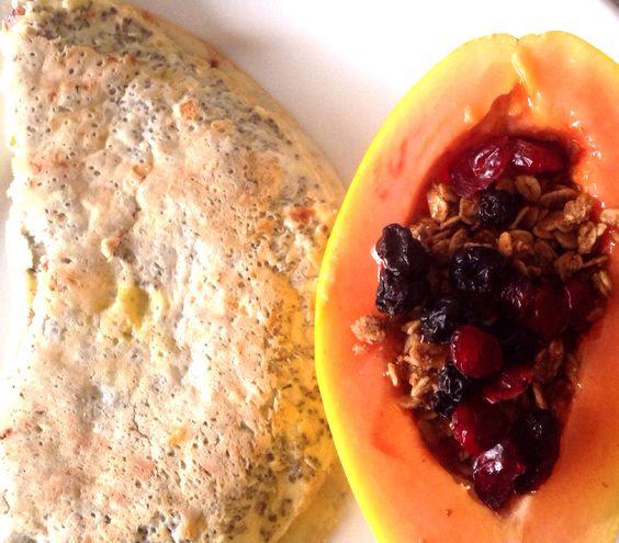 Crepioca: 2 ovos caipiras, 3cs de goma de tapioca, chia, sal rosa do himalaia, flocos de alho, ervas finas, recheada com 1 fatia de queijo sem lactose. Mamão com granola diet, cranberry e blueberry desidratadas e mel.
