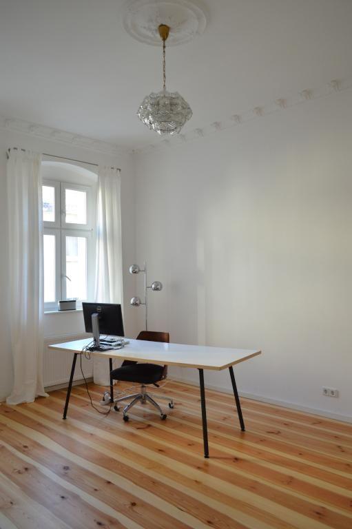Minimalistisch Eingerichtetes Homeoffice In Schoner Berliner Altbauwohnung Mit Schreibtisch Bildschirm Und Drehstuhl Wohnung Innenarchitektur Inneneinrichtung