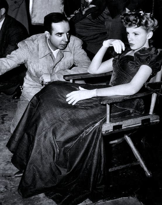 """Judy Garland on the """"Meet Me in St. Louis"""" set being directed by her future husband Vincent Minnelli"""