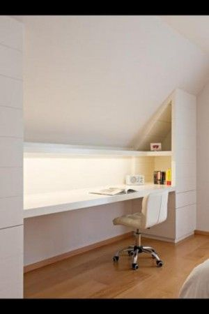 Bureaublad met erboven een plank met spotjes. een schuifdeur die het geheel als een wandkast sluit.