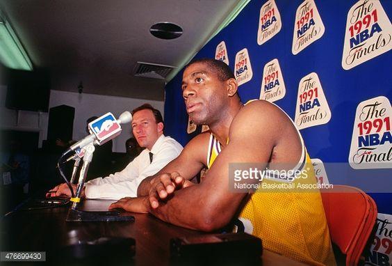 Fotografia de notícias : Magic Johnson of the Los Angeles Lakers talks to...