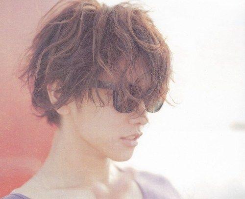 明るめカラーエアリーパーマスタイルの佐藤健の髪型
