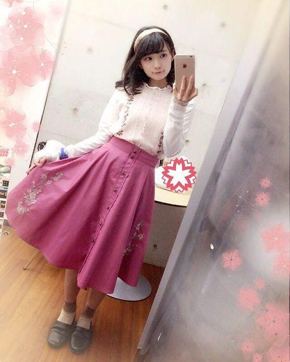 ピンクのスカートの高野麻里佳さん