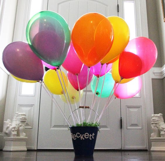 Balloon centerpiece with box or bucket pendent