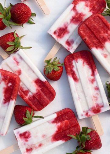 Erdberr - Kokos - Eis 500 g Erdbeeren, gewaschen und halbiert 2 TL Balsamico Essig (optional) 1/2 Tasse Ahornsirup oder Honig 1,5 Tassen Kokosmilch 1 TL Vanille-Extrakt 1 Prise Meersalz