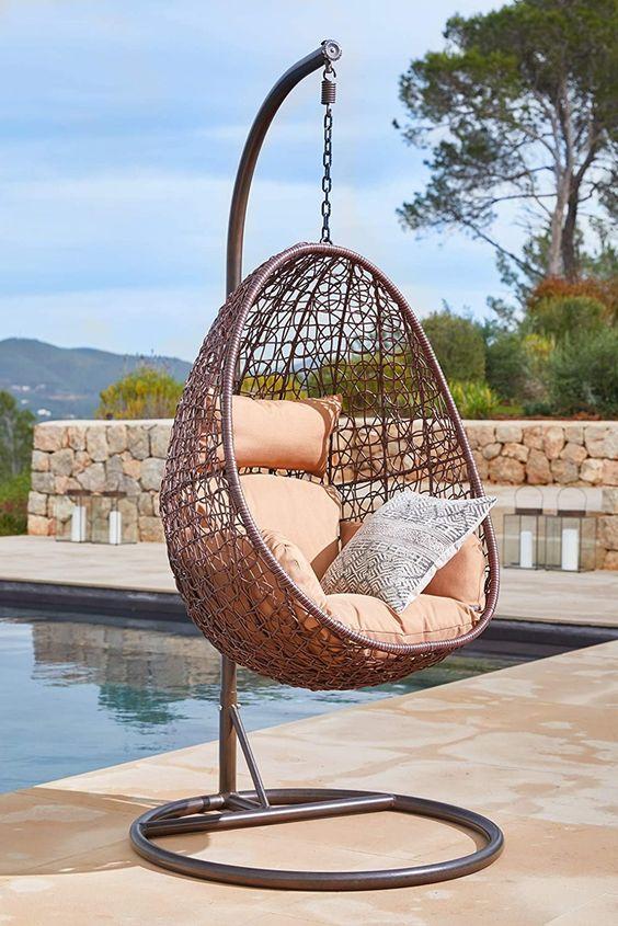 LOUNGE FEELING: Bringen Sie mit dem stylischen Hängesessel Lounge Feeling zu sich nach Hause, so fühlen Sie sich direkt wie im Urlaub. GEMÜTLICHER HINGUCKER: Der Swing Chair besticht nicht nur durch sein lässiges Design, das ihn zu einem absoluten Eyecatcher macht, dank der dazugehörenden Kissen ist der Sessel super gemütlich. INDOOR UND OUTDOOR: Der Hängesessel wird Ihr neuer Lieblingsplatz im Garten oder im Wohnzimmer, denn er kann sowohl drinnen als auch draußen aufgestellt werden.