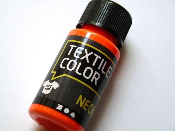 Neon ist im Trend, verschönere deine Textilien mit Stoffmalfarbe in angesagten Neontönen     1 Flasche 50 ml neonorange    Die Farbe eignet sich fü...