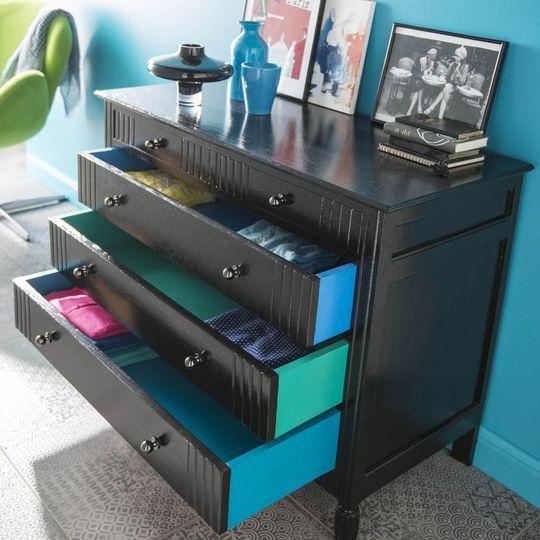 Une commode haute en couleur - Relooker un vieux meuble avec de la peinture - CôtéMaison.fr