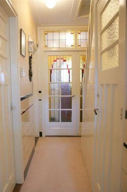 Mooi gang met panel deuren en glas in lood hal deuren hal en gang jaren 30 pinterest tes for Hal ingang