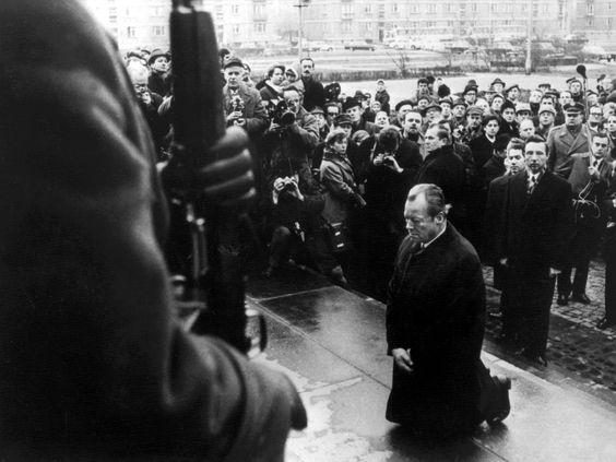 Der Bundeskanzler geht in die Knie:  Am 7. Dezember 1970 besuchte Willy Brandt...