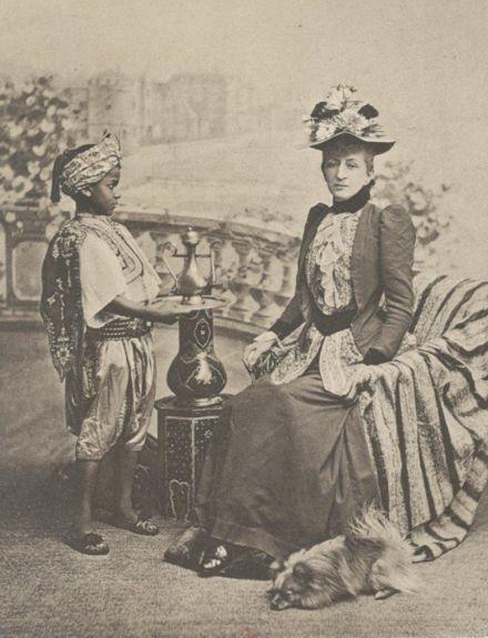 Jeanne Seillière, princesse de Sagan et son négrillon ... en 1880 !