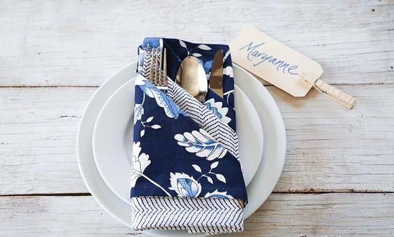 pliage serviette tissu 2 couleurs à motifs en pochette pour les couverts
