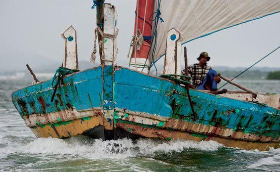 Saverista em seu barco, nas águas da Bahia