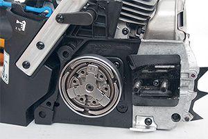 Механизм центробежного сцепления с кольцевой пружиной и тремя колодками, ведущая звёздочка находится за ним. Цепеуловитель сменный, металлический, стальной зубчатый упор прикреплён к картеру двигателя на винтах