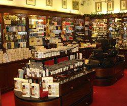 Taylor of Old Bond Street. 1854. Ha estado proporcionando productos de cosmética masculina de alta calidad y servicios para sus clientes a lo largo de su historia. Londres